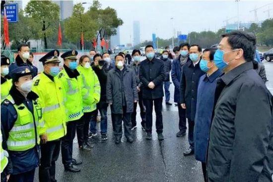 1月24日,农历除夕,省委书记杜家毫、省长许达哲前往长沙高速收费站和省公安厅督查疫情防控。