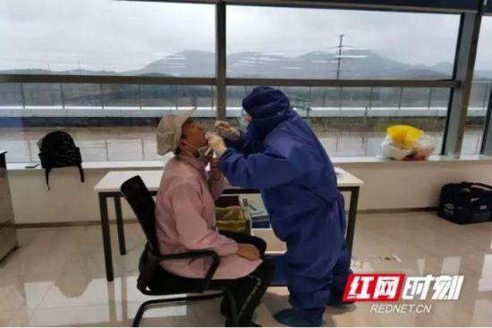 2月15日,望城经开区组织核酸检测专业医生为长沙比亚都电子有限公司的复工员工检测。