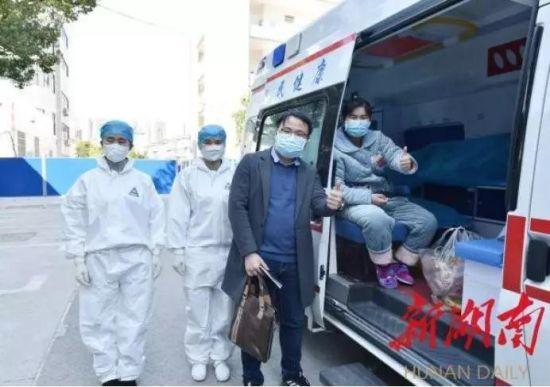 2月17日,在怀化市第一人民医院,小彭在救护车上向医护人员打出加油的手势。(曾悦摄)