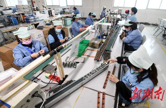 2月17日,常德经济技术开发区胜美达电机公司生产车间,工人们在组装电感线圈。湖南日报・华声在线记者 田超 通讯员 罗勇 摄影报道