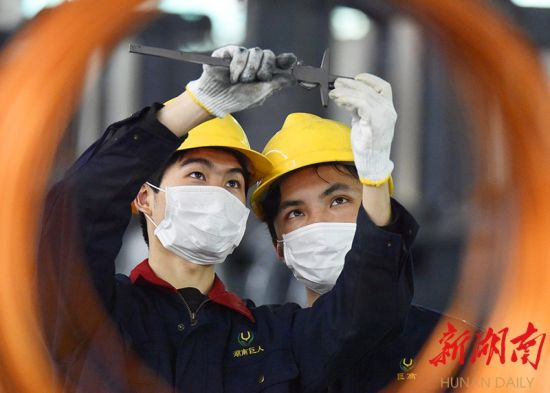 2月17日,嘉禾县经济开发区巨人机床有限公司,工人在加工机械铸件产品。黄春涛 摄