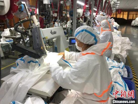 湖南家纺企业正在加紧生产防护服。 向一鹏 摄