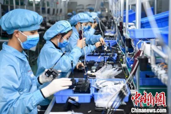 湖南重点侨企业三诺生物的工人在车间内工作。 杨华峰 摄