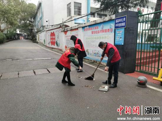 志愿者在进行卫生大扫除。