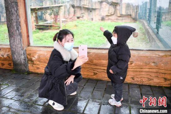 家长与孩子在动物园内自拍。 杨华峰 摄
