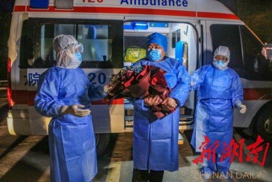 2月21日晚,湘西土家族苗族自治州最后一例新冠肺炎确诊患者从龙山县人民医院治愈出院。曾祥辉 李钊 摄影报道