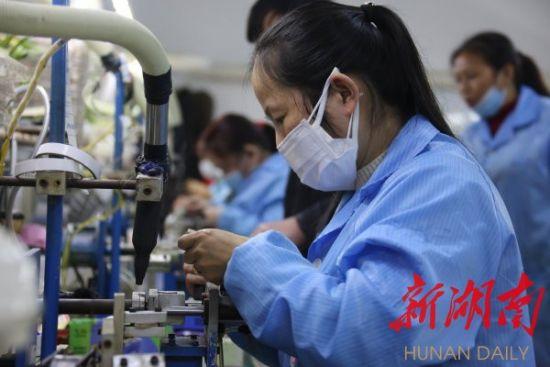 3月6日,靖州苗族侗族自治县工业集中区鑫兴智能科技有限公司扶贫车间,员工在加紧生产订单产品。刘杰华 摄