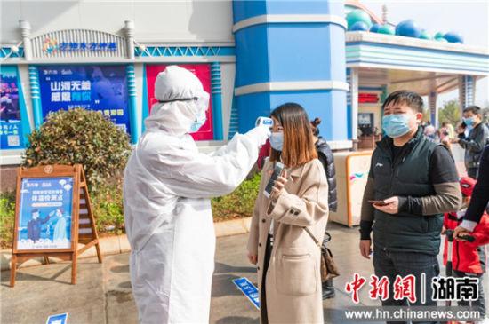 游客接受体温测量。