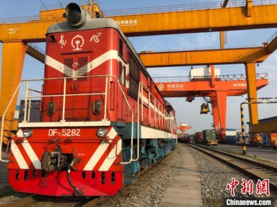 3月18日,三列编组分别为41、41、42个40英尺集装箱的中欧班列从长沙出发,驶向白俄罗斯明斯克。广铁集团供图 鲁毅 摄