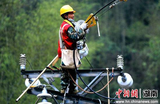 国网常宁供电公司员工消除10千伏洋塔线线路故障。