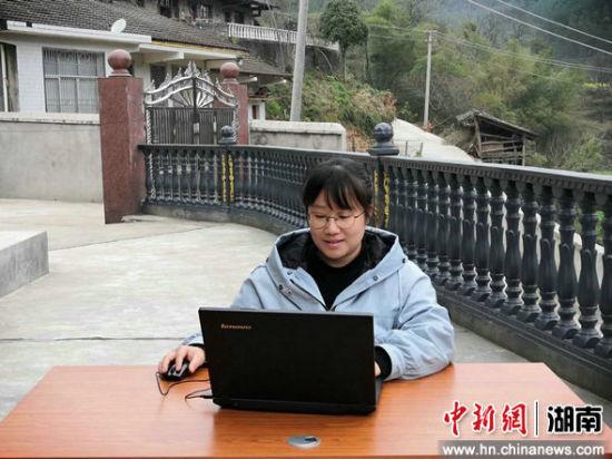 有了更稳定的信号后,刘乐平在家中上网课。