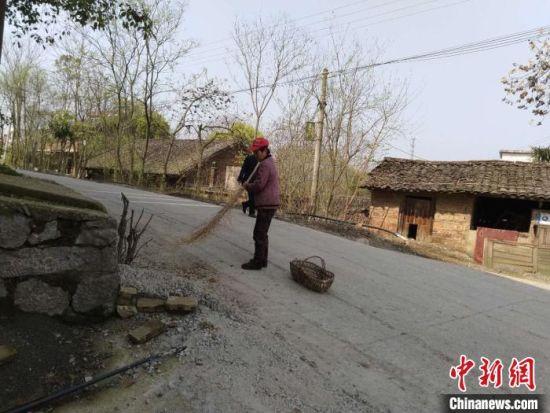 贫困户在保洁公益性岗位上工作。祁阳县供图