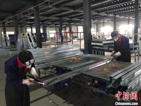 图为湖南浏阳一家门业企业复工。(资料图) 许雅兰 摄