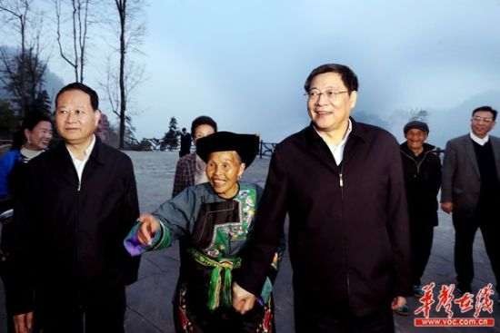 3月24日下午,杜家毫在花垣县十八洞村考察。