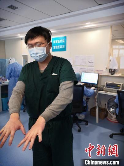 图为湖南省支援黄冈市第四批医疗队队员刘文峰。受访者供图