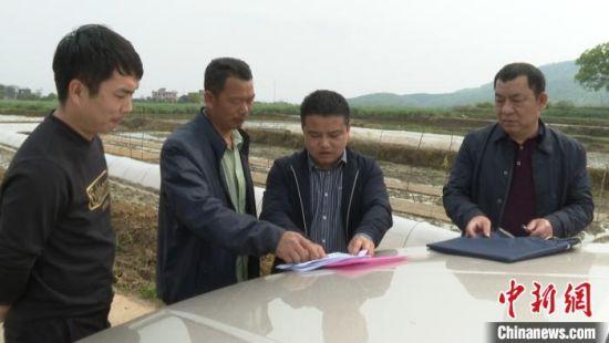 粮食企业与农户签订协议。祁阳县供图