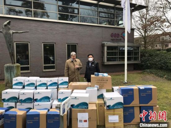 荷兰莱茵集团董事长、荷兰湖南商会会长彭锦路(右)向当地捐赠防疫物资。湖南省委统战部供图