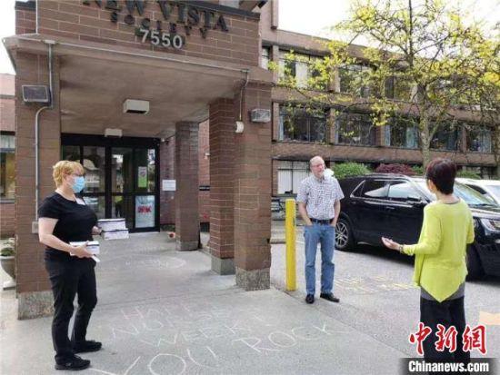 加拿大温哥华湖南同乡会会长罗筱丹和伙伴们去安老院给老人们送口罩。湖南省委统战部供图