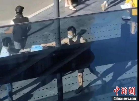 澳大利亚湘籍侨胞向兴宇免费向路人发放口罩。湖南省委统战部供图