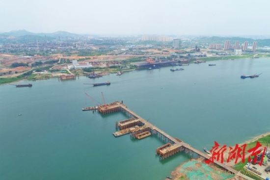 (5月13日,株洲市清水塘大桥正在加紧建设。 湖南日报・新湖南客户端记者 李健 摄)