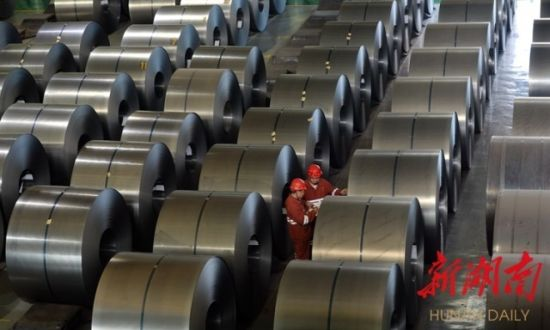 (4月29日,华菱涟源钢铁有限公司冷轧成品库房内,员工在登记钢卷信息。 刘新山 摄)