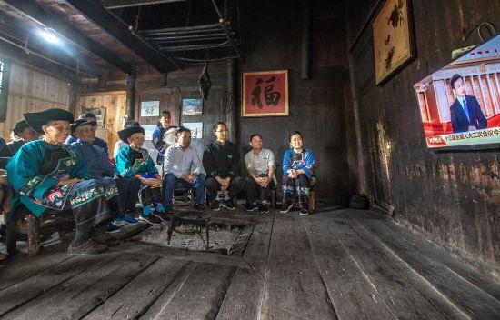 十八洞村民观看开幕会的电视直播。
