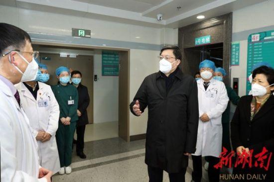 (1月25日上午,省委书记杜家毫在中南大学湘雅二医院督导检查疫情防控工作。罗新国 摄)