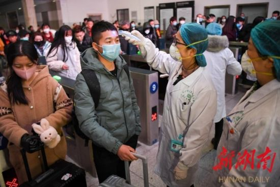 (1月22日起,长沙市防病工作领导小组组织各医疗单位派出人员在长沙各大交通枢纽驻点,对武汉来长的各车次、航班人员进行问询和体温监测。 傅聪 摄)