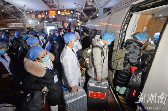 (1月28日晚,高铁长沙南站,湖南第二批抗击新型冠状病毒感染的肺炎援助医疗队,准备乘坐高铁北上驰援湖北。 李健 摄)