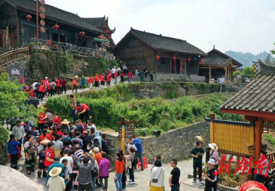 5月1日,十八洞村迎来了60多人的省内旅游团。2013年以来,该村抢抓国家扶持贫困地区发展乡村旅游的机遇,大力发展乡村旅游,建成了十八洞景区。