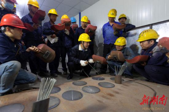 """(长沙经开区汨罗产业园,数十名工人在下班后学习""""充电""""。周敏 翁正娇 摄)"""