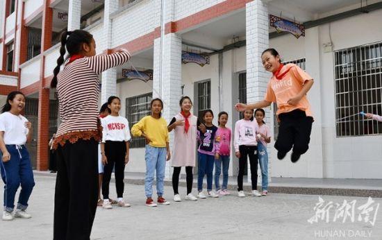 (江永县桃川镇中心小学,学生在新校园里开心跳绳。 田如瑞 摄)