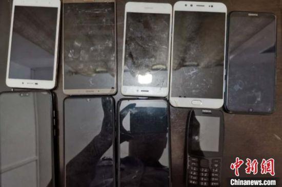 警方缴获涉案手机。桃江公安供图