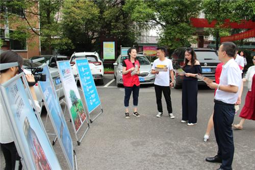 """5月27日,县卫健志愿者到西渡镇开展""""世界无烟日""""宣传活动"""