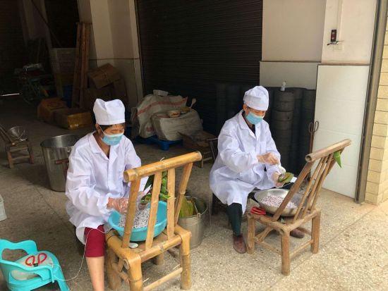 在农业公司帮工的贫困户,制作迎接端午节的粽子。