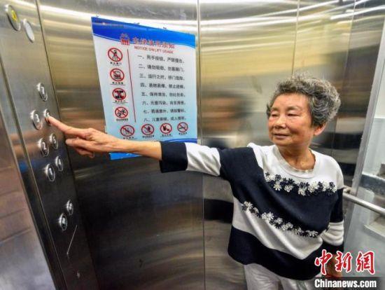 居民乘电梯上楼。 刘震 摄