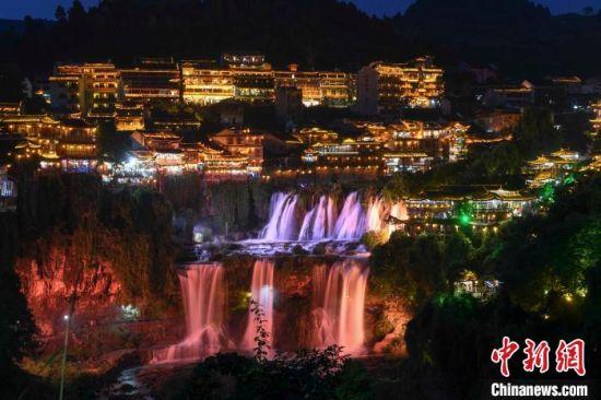 在灯光的照射下瀑布变换着各种颜色。 杨华峰 摄