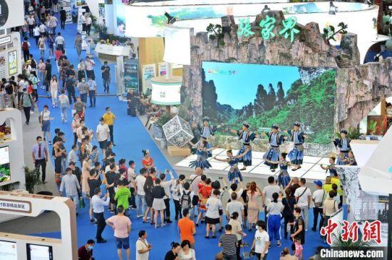 民众观看张家界展馆的文化节目展演活动。 李健 摄