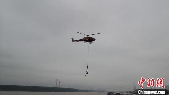 """群众""""落水"""",无人机、直升机迅速飞往救援地点。 丁鹏志 摄"""