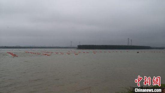 """村民被洪水""""围困"""",冲锋舟、橡皮艇赶往现场救援。 丁鹏志 摄"""
