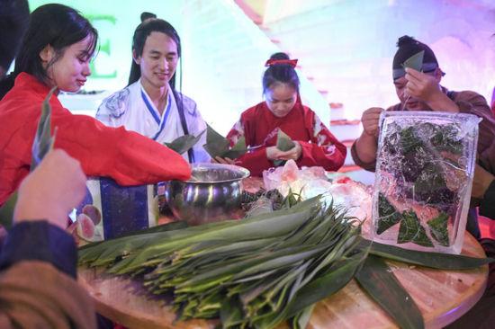 工作人员以冰淇淋、冰皮、糯米为材料,包起了粽子。