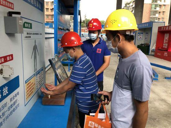 安全电压临电测试,感受到触电的感觉,杜绝在施工过程中临电安全隐患。甘填甜摄
