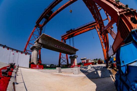 4月28日,新建常益长(常德至益阳至长沙)铁路全线首榀箱梁架设完成。(项目指挥部供图)