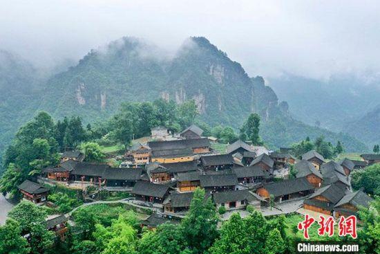 图为6月11日,航拍十八洞村。 中新社记者 杨华峰 摄