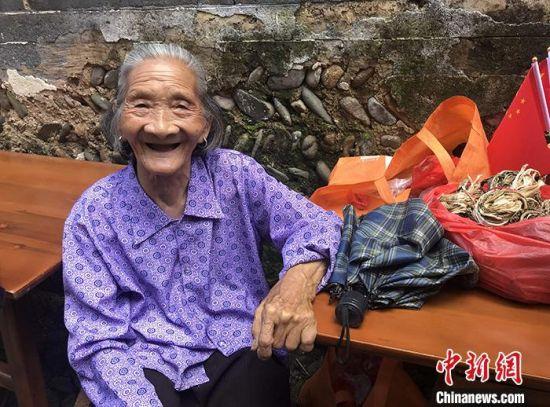 图为6月15日,85岁村民徐良凤在自家门前摆摊。 中新社记者 邓霞 摄