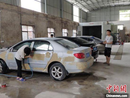 湖南衡阳小伙开汽车美容扶贫车间助贫帮困。 王昊昊 摄