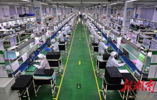 """6月16日,炎陵县九龙工业园,湖南国声声学科技股份有限公司工人在加紧组装产品。为推动企业复工复产,该县扎实开展产业项目建设""""百日攻坚""""行动和温暖企业行动,为企业发展提供保障。湖南日报・华声在线记者 童迪 通讯员 张和生 摄"""
