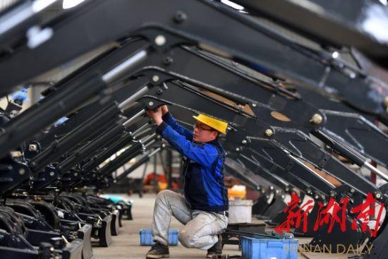 4月13日,新田县工业园区湖南德力重工有限公司,工人在装配微型挖掘机。湖南日报・华声在线首席记者 郭立亮 通讯员 刘贵雄 摄