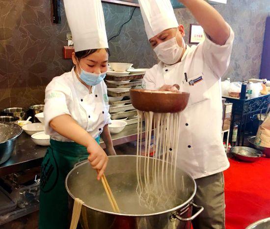 甘食记厨师在手打红薯鲜粉。苏婧摄