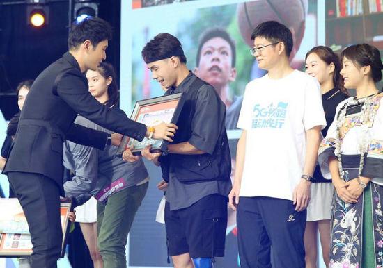 黄晓明为青春榜样代表赠送纪念邮票。主办方供图